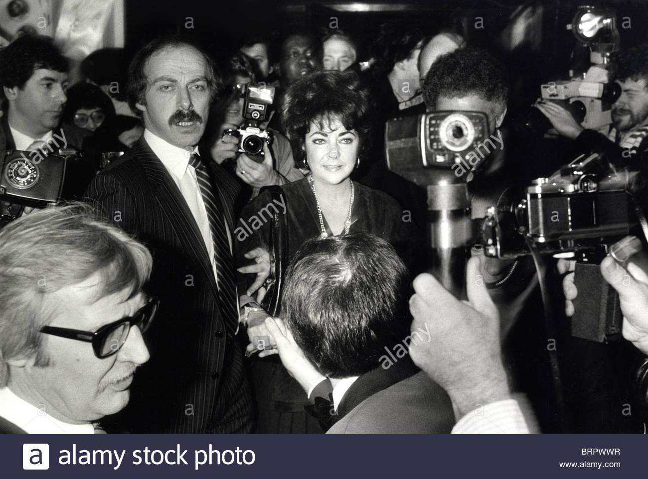 elizabeth-taylor-and-bodyguards-in-a-press-of-photographers-BRPWWR